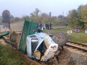 Фото: ДТП на залізничному переїзді: на Полтавщині не розминулись вантажівка і локомотив з пасажирами