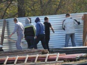 Фото: Обурені полтавці знесли огорожу забудови на Дублянщині (відео)