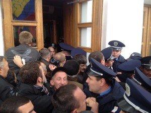 Фото: У Полтаві біля міськради знову мітинг: міліція не пускає у будівлю