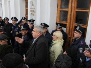 Фото: Фото. Як жителі Червоного Шляху штурмували Полтавську міськраду та облдержадміністрацію