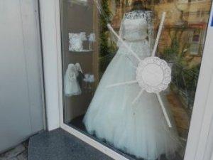Фото: Відео. У Полтаві стріляли у вітрину весільного салону