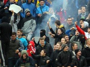 Фото: Харків'яни у Полтаві кидалися сидіннями та демонстрували свастику (+фото)
