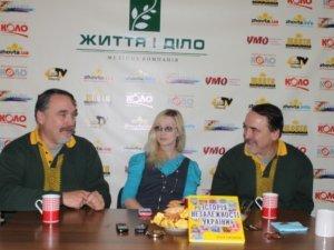 """Фото: Капранови гостювали в редакції """"Кола"""" і подарували книгу для читача"""
