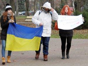 Фото: У Полтаві до будівлі міськради прийшли мітингувати студенти