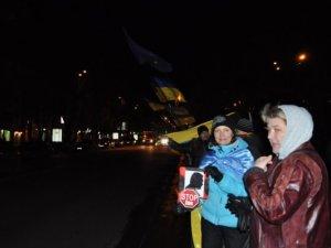 Фото: Євромайдан у Полтаві: півтори тисячі людей гріються чаєм та скандуванням гасел