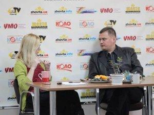"""Фото: В редакції """"Кола"""" письменник Андрій Кокотюха розповідав про Євромайдан і подарував книгу читачу"""