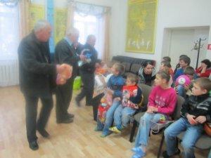 Фото: До новорічних свят читачі разом з «Коло» знову вручили подарунки вихованцям «Любистку»