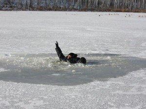 Фото: У Комсомольську троє рибалок провалились під кригу, один втопився