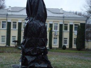 Фото: Залишки пам'ятника Леніну у Машівці: діти бояться, молодь хоче грати у футбол (+фото)