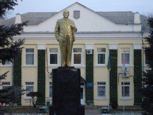 Фото: Міліція встановила підозрюваних у пошкодженні пам'ятника Леніну в Машівці