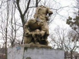 Фото: За руйнування пам'ятників радянським воїнам ввели кримінальну відповідальність