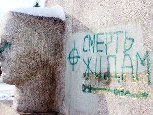 """Фото: Вандалізм у Полтаві: пошкодили та обписали пам'ятник """"Скорботна мати"""" (+ фото)"""