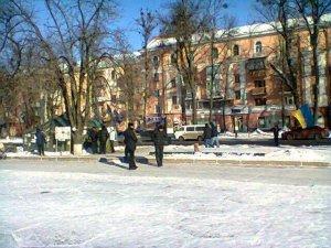 Фото: До Полтавської облдержадміністрації сходяться активісти та чергують міліціонери (фотофакт)