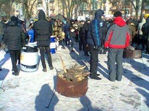 Фото: Під Полтавську ОДА зносять дрова, у будівлі - 400 міліціонерів, за словами місцевої опозиції