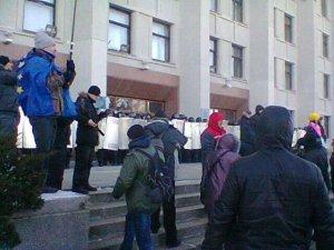 Фото: Губернатора Полтавщини змушуватимуть покинути Партію регіонів. Під ОДА вже кілька тисяч полтавців - обіцяють штурм