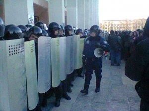 Фото: У Полтаві міліція рушила на мітингувальників, мітингувальники озброєні палицями (оновлено)