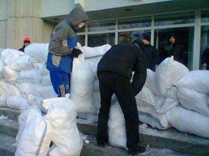 У Полтаві новостворена Народна рада ночуватиме в облраді, люди будують барикади для захисту від силовиків та тітушок