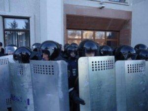 """Фото: """"Мобілізують"""" полтавських тітушок. Планують """"глушити"""" зв'язок. Полтавці йдуть під прокуратуру"""