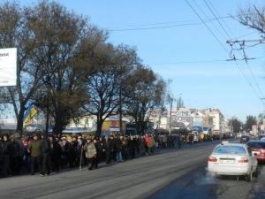 """Полтавою пройшла величезна колона мітингувальників: поставили вимоги директору """"Лтави"""" (фоторепортаж)"""