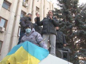 Фото: Штурм Кременчуцької міськради: мер Бабаєв виліз на автобус для розмови з мітингувальниками (відео)