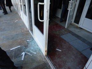 Фото: У Полтаві  мітингувальники засклили двері облради (+фото)