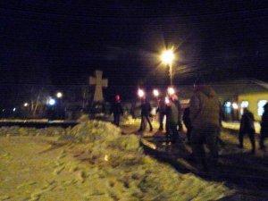 Фото: У Полтаві мітингувальники вшанували бійців Крут ходою зі смолоскипами (фото)