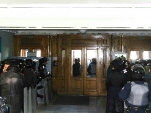 Фото: Штурму Полтавської міськради не відбулось: у адмінбудівлі знаходилась велика кількість силовиків (фото)