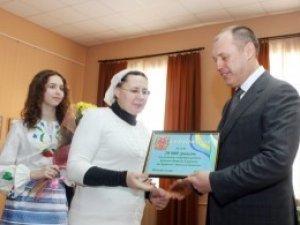 Фото: У Полтаві сім'ї Бринових вручили сертифікат на 20 тисяч гривень