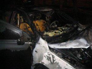 Фото: У Полтаві спалили авто підприємцю з Києва, що приїхав на похорон (фото)