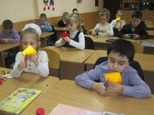 Фото: У полтавській школі вирізали світловідбиваючі серця (фото)