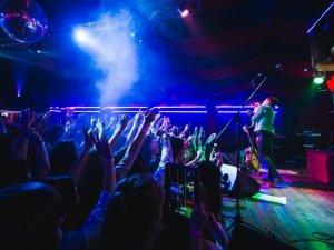 Фото: На концерті гурту «Валентина Стрикало» підлітки співали хором, слемились та стрибали у натовп