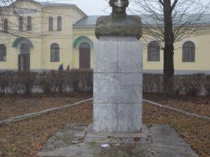 Фото: На День закоханих у Пирятині Леніну відбили носа (фото)
