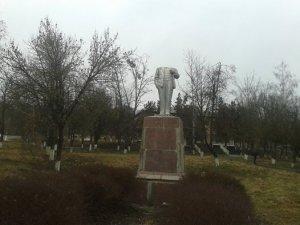 Фото: Два Леніни одночасно постраждали на Полтавщині: один без голови, інший – обписаний