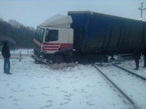 На Полтавщині дві вантажівки зіткнулися прямо на колії та заблокували рух потягів