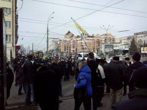 Фото: У Полтаві біля ОДА почався мітинг: люди збираються у гості до міліції