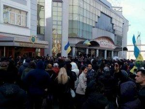 Фото: Полтавські мітингувальники пікетували обласну міліцію. Фотофакт.