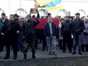 Фото: Колона мітингувальників у Полтаві пікетувала УСБУ