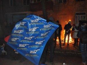 У Полтаві громлять офіс Партії регіонів (оновлено, фото)