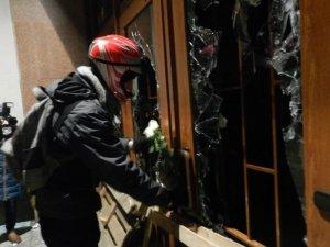 Фото: Відео. У Полтаві силовики відступили, а мітингувальники забарикадували облдержадміністрацію