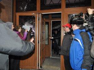 Фото: Силовики покинули приміщення Полтавської ОДА і приєднались до народу під вигуки «Молодці!» (оновлено, фото)