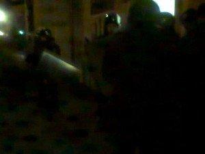 """Фото: Силовики зі щитами у Полтаві на вокзалі охороняють місто від приїжджих """"тітушок"""""""