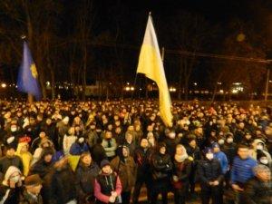 Фото: Відео. Мер Полтави йшов з народом у колоні, вигукував «Слава Україні» та співав гімн