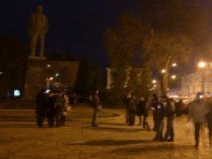 Фото: Біля пам'ятника Леніну вже зібралася майже сотня полтавців