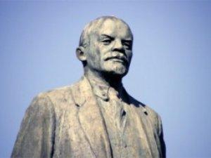 Фото: Пам'ятник Леніну не можуть звалити: рветься трос