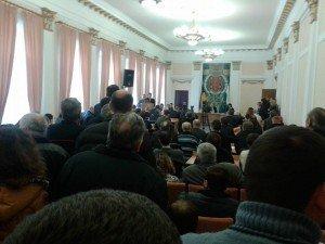 Фото: Оксана Деркач у відставку не піде, а люди зайшли до сесійної зали Полтавської міськради, блокують двері (оновлено)