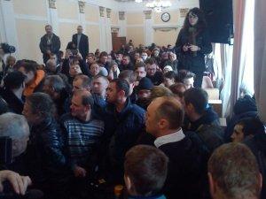 Фото: Відео. Міського голову Полтави після сесії «оточили» майданівці й вимагають його відставки (оновлено)