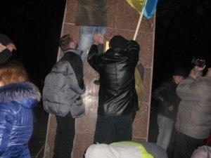 Фото: На Полтавщині решетилівського Леніна знесли: залишились тільки черевики