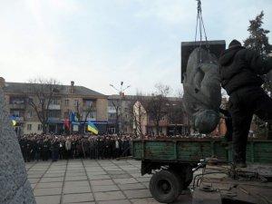 Фото: У Лубнах Леніна знесли офіційно, Кірова— ні, також провели мітинг-реквієм (фото)