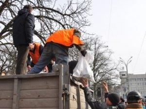 Фото: Майдан у Полтаві прибрали від роздробленої бруківки та барикад