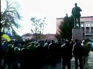 Фото: Ленінопад на Полтавщині: у Нових Санжарах також знесли пам'ятник вождю пролетаріату  (відео)
